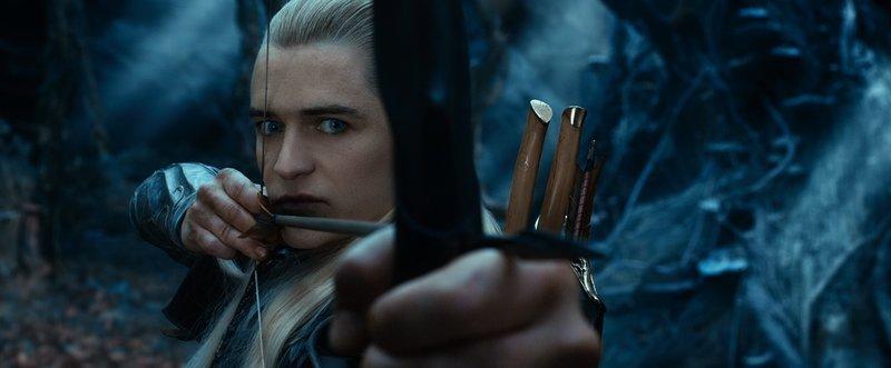 Keine Frage, mit Pfeil und Bogen kann er umgehen. Aber ist Legolas (Orlando Bloom), Sohn des Elbenkönigs, auf der Seite von Bilbo oder eher gegen ihn? – Bild: Puls 4