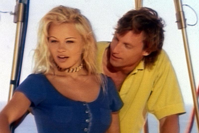 C.J. (Pamela Anderson, l.) hat alle Hände voll zu tun, den verliebten Werbemanager Simon (Hunt Block, r.) abzuwimmeln. – Bild: © Fremantle Media Enterprises Ltd 2002