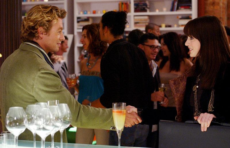 Die sonst so biedere Andy (Anne Hathaway, r.) ist kaum wiederzuerkennen: Geht sie jetzt sogar so weit und betrügt ihren Freund mit dem charmanten Christian (Simon Baker, l.)? – Bild: Puls 4