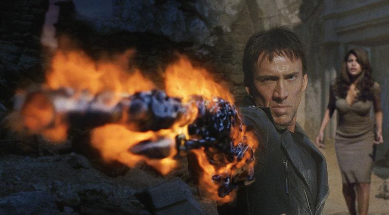 Um seine Jugendliebe (Eva Mendes, r.) und seine Seele zurückerobern zu können, geht der Ghost Rider (Nicolas Cage, l.) über Leichen ... – Bild: Puls 4