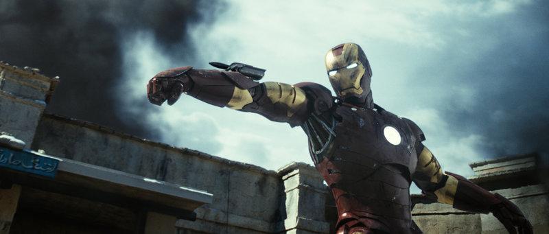 Nachdem der Unternehmer Tony Stark von einer Terrorgruppe überfallen und gefangen genommen wurde, operiert ihn ein Mitgefangener, damit die Metallsplitter nicht zu seinem Herzen wandern können. Der dafür verwendete Elektromagnet in seiner Brust macht ihn schließlich zu Iron Man (Robert Downey Jr.) ... – Bild: Puls 4