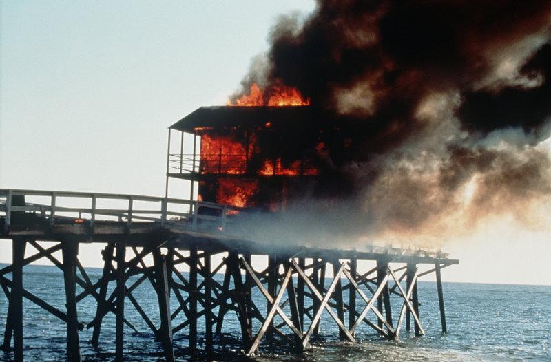 Als ein Haus am Pier in Flammen steht, müssen die Rettungsschwimmer eng mit der Feuerwehr zusammenarbeiten, um die eingeschlossenen Menschen zu retten. – Bild: © Fremantle Media Enterprises Ltd 2002
