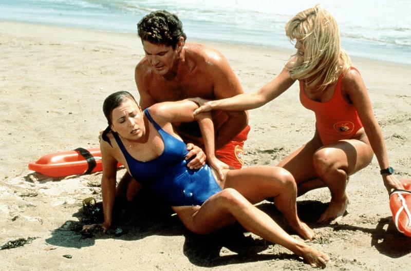 Mitch (David Hasselhoff, M.) bemüht sich um eine junge Frau, die mit einer gefährlichen Quallenart in Berührung gekommen ist. – Bild: © Fremantle Media Enterprises Ltd 2002