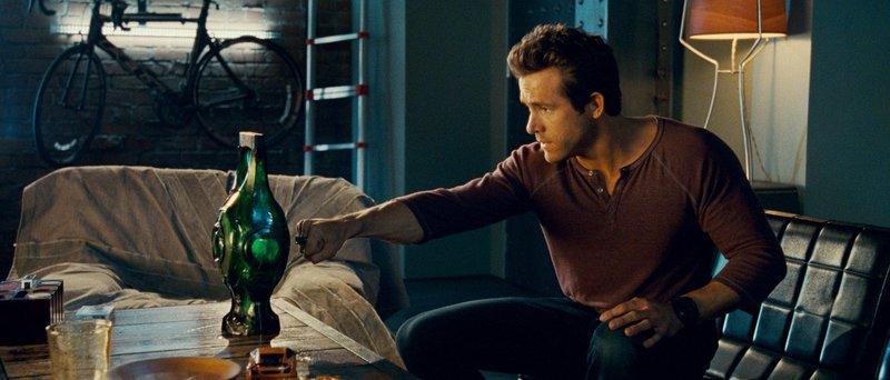 Ausgerechnet den draufgängerischen Hal Jordan (Ryan Reynolds) sucht sich die mächtige grüne Kraft des Willens als Nachfolger für einen sterbenden Wächter des Universums aus. Doch schon bei den ersten Trainingsstunden merkt Hal, dass er vielleicht doch nicht so mutig und furchtlos ist, wie er immer dachte… – Bild: Puls 4