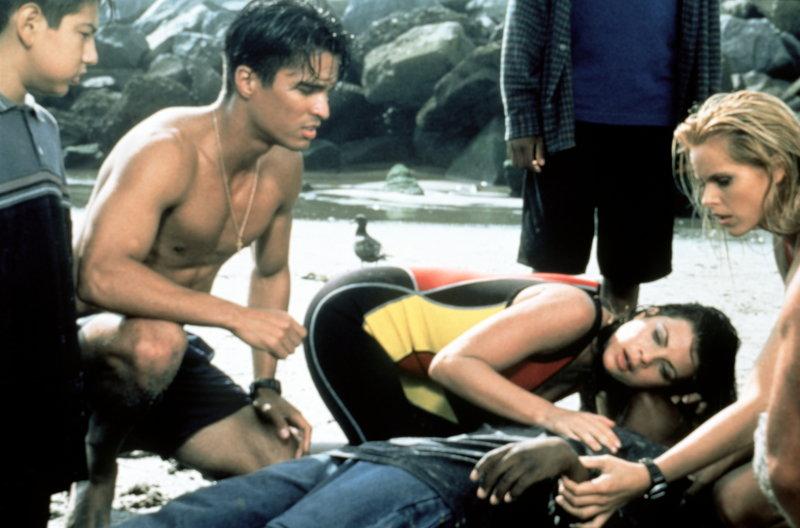 Verzweifelt bemühen sich Manny (Jose Solano, l.), Caroline (Yasmine Bleeth, M.) und Neely (Gena Lee Nolin, r.) um das Leben des Jungen. – Bild: © Fremantle Media Enterprises Ltd 2002