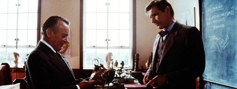 Von seinem Abenteuer vor der Küste Portugals erfolgreich zurückgekehrt in sein Klassenzimmer, kann Indiana (Harrison Ford, r.) endlich das Kreuz Coronados Marcus Brody (Denholm Elliott, l.) für sein Museum übergeben. Sein ganzes Leben hat Indy es gesucht ... – Bild: Puls 4