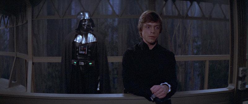 Luke Skywalker (Mark Hamill, r.) und sein Vater Darth Vader (David Prowse, l.) müssen sich der höchsten Instanz stellen ... – Bild: Puls 4