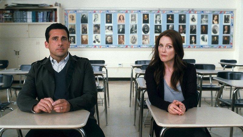 Ein One-Night-Stand bringt die Ehe von Cal (Steve Carell, l.) und Emily (Julianne Moore, r.) gehörig ins Straucheln, während auch ihre beiden Kinder mit einigen Liebesproblemen zu kämpfen haben ... – Bild: Puls 4