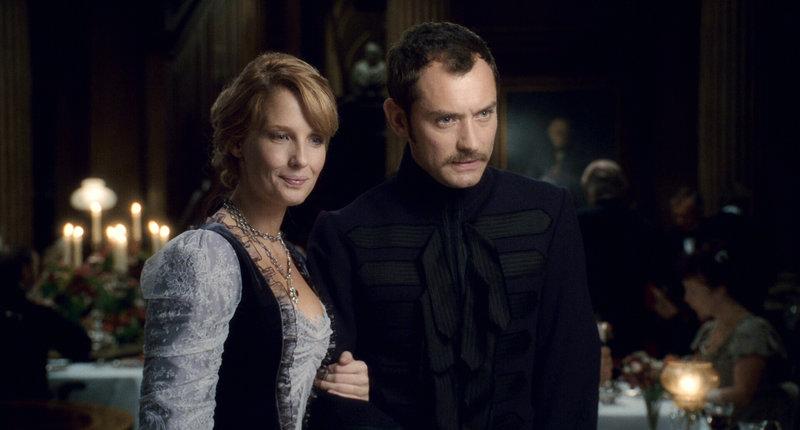 Sherlock Holmes ist verzweifelt, weil sein treuer Freund Dr. John Watson (Jude Law, r.) angekündigt hat, demnächst auszuziehen und seine geliebte Mary (Kelly Reilly, l.) zu heiraten. Doch dann taucht der gefährliche Lord Blackwood aus seinem Grab wieder auf, um das Ende der Welt einzuläuten ... – Bild: Puls 4
