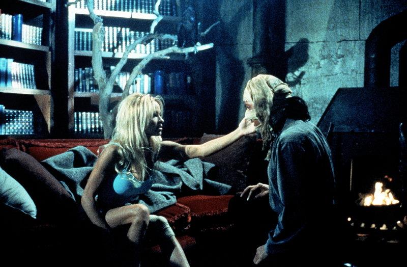 C. J. (Pamela Anderson, l.) hat ihre Furcht vor Aidan (Robert Cuccioli, r.), dem Phantom, schnell überwunden. – Bild: © Fremantle Media Enterprises Ltd 2002