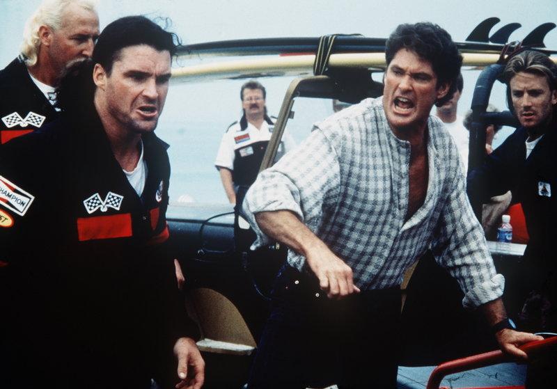 Jake (Gary Kasper, 2.v.li.) ist fest entschlossen, Mitch (David Hasselhoff, 2.v.re.), wenn es sein muss, ins Gefängnis zu bringen. – Bild: Puls 4