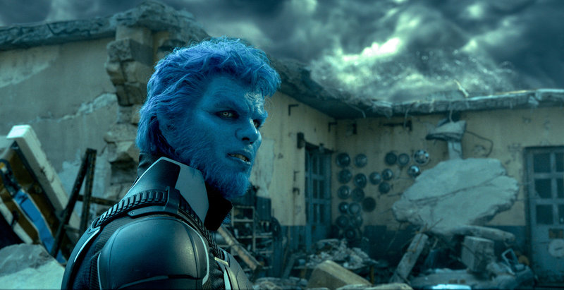 Sein technisches Verständnis kommt den X-Men eins ums andere zu Gute und trotzdem hat Hank (Nicholas Hoult) wegen seiner Erscheinung als Beast es nicht leicht, sich in die Gesellschaft einzufügen ... – Bild: Puls 4