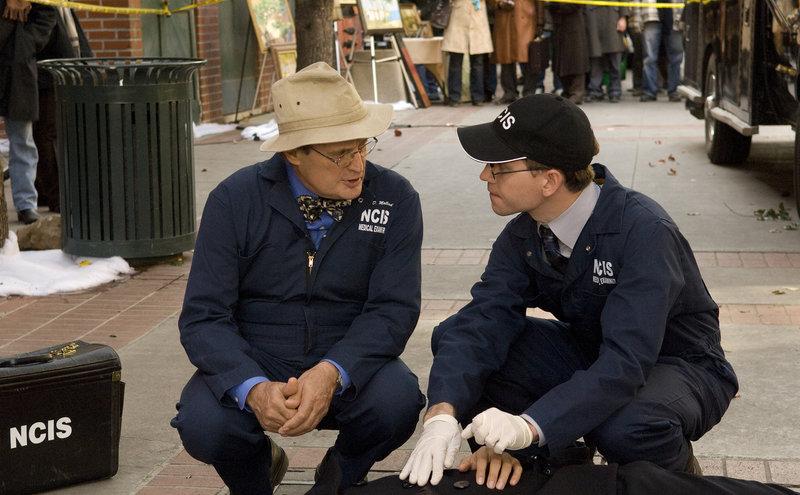 Als Ducky (David McCallum, l.) und Jimmy Palmer (Brian Dietzen, r.) zu einem Tatort gerufen werden, um eine Leiche zu untersuchen, wird Ducky von einer vermummten Frau angegriffen und in die Hand gestochen. Gibbs und sein Team werden alarmiert ... – Bild: © CBS Television
