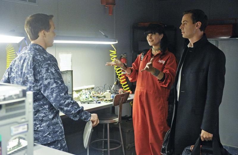 Versuchen, einen neuen Fall zu lösen: Seal Team Commander Joe Hankos (Dan Thiel, l.), Abby (Pauley Perrette, M.) und McGee (Sean Murray, r.) ... – Bild: © CBS Television / Darren Michaels