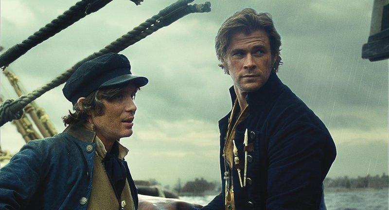 Durch dramatische Ereignisse wird die Walfangjagd an Bord der Essex zum Überlebenskampf, der die Besatzung (Cillian Murphy, l. und Chris Hemsworth, r.) zu unvorstellbaren Taten zwingt ... – Bild: Puls 4