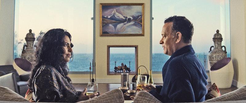 (v.l.n.r.) Zahra (Sarita Choudhury); Alan (Tom Hanks) – Bild: Puls 4