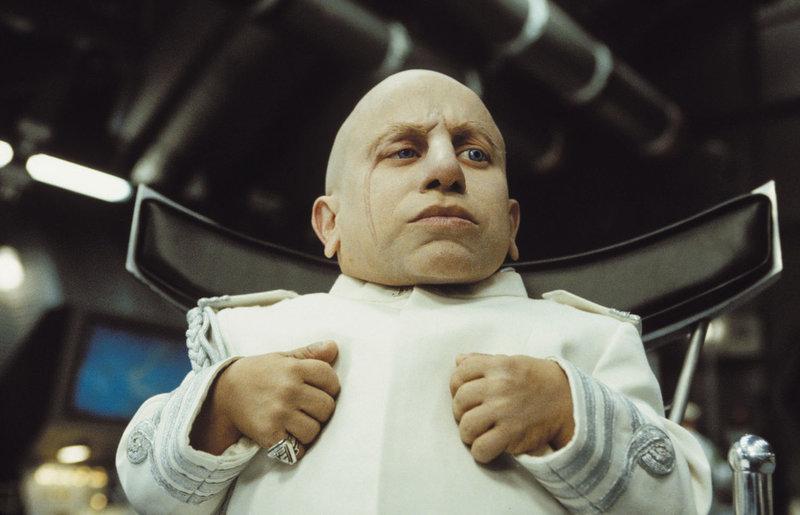 Dr. Evil und sein bösartiger Klon Mini-Me (Verne Troyer) sind aus dem Gefängnis geflohen und wollen mit Hilfe des holländischen Superschurken Goldständer die Erde überfluten ... – Bild: Puls 4