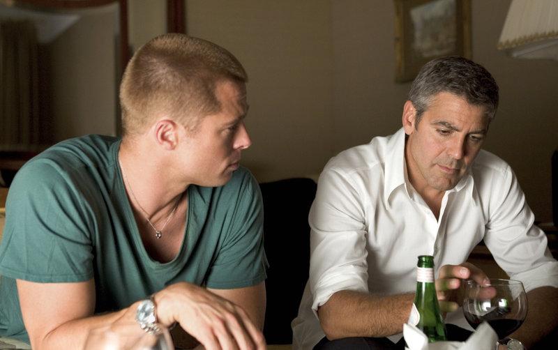 Danny Ocean (George Clooney, r.) und Rusty Ryan (Brad Pitt, l.) planen das ganz großes Ding ... – Bild: Puls 4