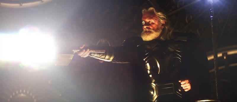 Als amtierender König demonstriert Odin (Anthony Hopkins) seine Macht und verspricht, dem ersten Würdigen die Mächte seines Sohns Thor zu geben. Für Thor eine riesige Herausforderungen ... – Bild: Puls 4