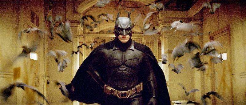 """Als kleiner Junge wurde Bruce Wayne (Christian Bale) in einem Brunnenschacht von Fledermäusen angefallen. Seitdem hat er eine unheilbare Angst vor ihnen. Da lernt er in der Kampfschule, sich dieser Angst zu stellen und sie zu bekämpfen. Deshalb beschließt er, fortan als """"Fledermaus"""" die Guten zu beschützen und die Bösen zu jagen ... – Bild: Puls 4"""