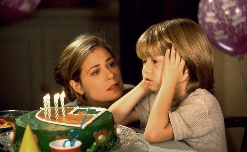 Als sein Vater nicht zu seinem Geburtstag kommt, wächst in Max (Justin Cooper, r.) ein ganz großer Wunsch, der ihm auch nicht von seiner Mutter (Maura Tierney, l.) erfüllt werden kann ... – Bild: ProSieben Media AG © 1997 Universal City Studios, Inc. All Rights Reserved.