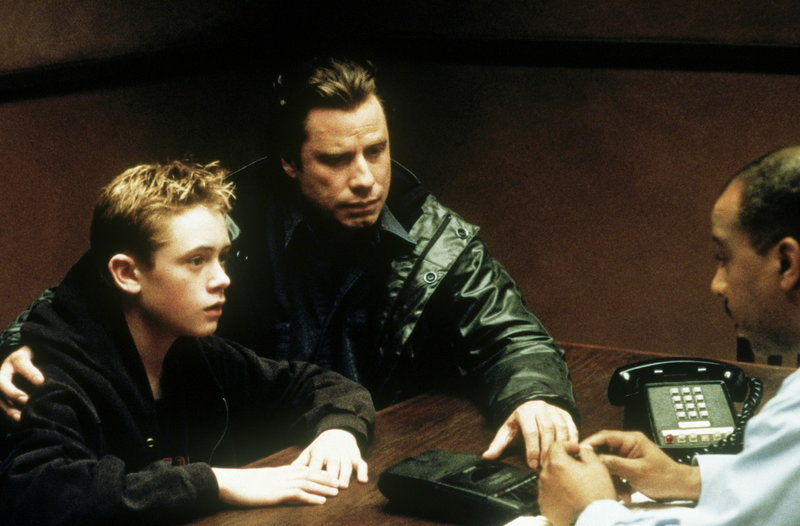 Als Danny (Matthew O'Leary, l.) seinem Vater Frank (John Travolta, M.) anvertraut, dass sein Stiefvater ein Mörder sein könnte, sieht Frank keinen anderen Ausweg, als der Wahrheit auf den Grund zu gehen ... – Bild: ProSieben Media AG © Paramount Pictures