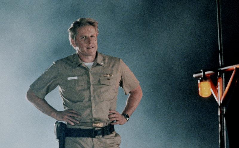Der unangenehme erste Offizier Krill (Garey Busey) verrät seinen Kapitän und sein Schiff und macht mit dem Terroristen und Ex-CIA-Agent Strannix gemeinsame Sache, der die Atomraketen des Schiffes in seine Gewalt bringen will ... – Bild: ProSieben Media AG © Warner Bros.