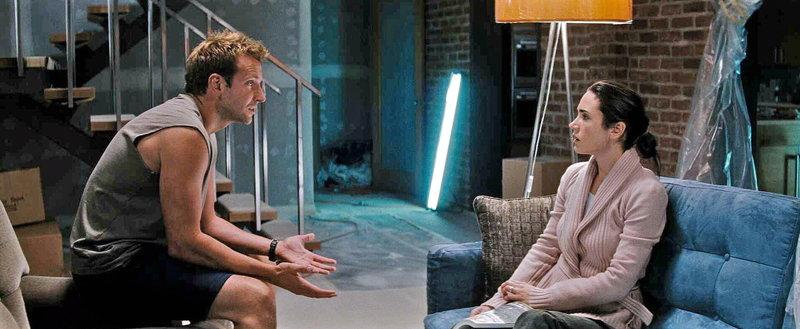 Janine (Jennifer Connelly, r.) und ihr Ehemann Ben (Bradley Cooper, l.) leben eigentlich nur noch nebeneinander her. Janine sehnt sich schließlich verzweifelt nach Abwechslung ... – Bild: ProSieben Media AG © Warner Brother