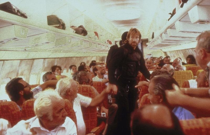 """Endlich gelingt es Major Scott (Chuck Norris, M.) und seiner Elitetruppe Delta Force, in das gekaperte Flugzeug einzudringen. Doch wo sind die äußerst hemmungslosen Entführer? – Bild: ProSieben Media AG """" quelltext="""