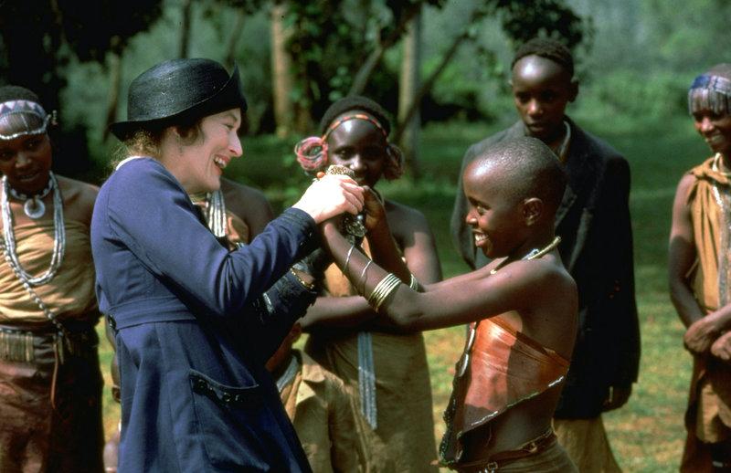 Für die Eingeborenen wird Karen (Meryl Streep, M.) zu einer wichtigen Ansprechperson in allen Lebenslagen ... – Bild: ProSieben Media AG © 2002 Universal Televison Distribution