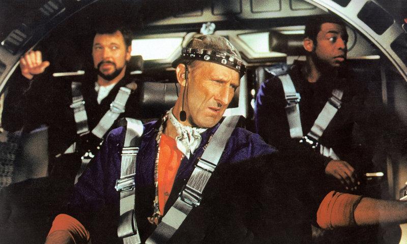Der geniale Ingenieur Zefram Cochrane (James Cromwell) hat den Warp-Antrieb erfunden. – Bild: Puls 4