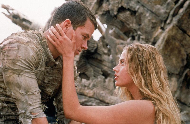 Wird Captain Leo Davidson (Mark Wahlberg, l.) sie und die anderen Menschen in Sicherheit bringen? Daena (Estella Warren, r.) setzt all ihre Hoffnung in den mutigen Astronaut ? – Bild: Puls 4