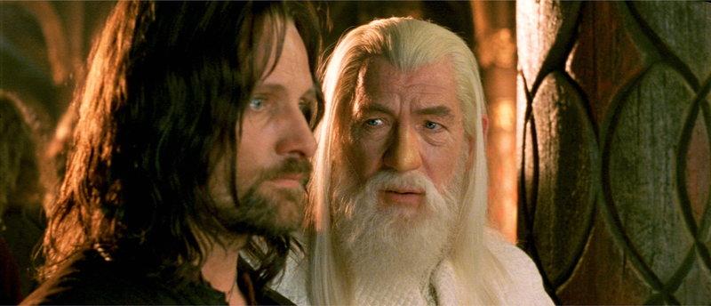 Das Fortbestehen der Menschheit ist ungewiss: Aragorn (Viggo Mortensen, l.) und Gandalf (Ian McKellen, r.) versuchen alles, was in ihrer Macht steht, um Sauron zu besiegen ... – Bild: Puls 4