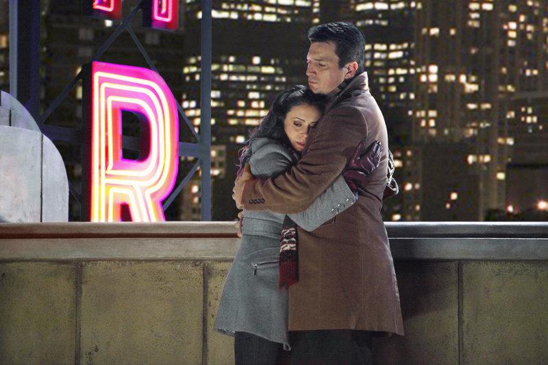 Kyra Blaine (Alyssa Milano, l.) ist völlig verzweifelt und wendet sich an Castle (Nathan Fillion, r.), mit dem sie vor Jahren eine Beziehung geführt hat. – Bild: Puls 4
