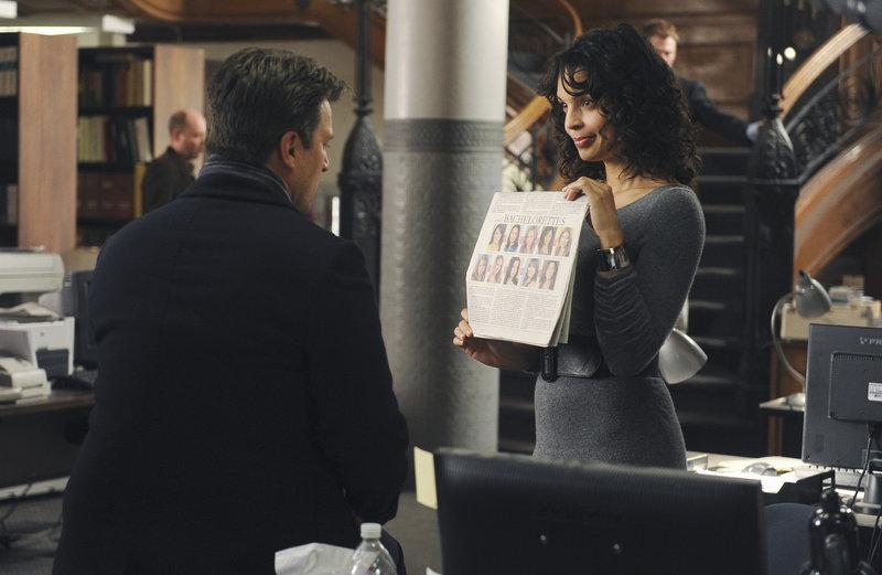 Die Journalistin Donna Vincennes (Siena Goines, r.) erzählt Richard (Nathan Fillion, l.), dass die bekannte Junggesellin Amanda Livingston Interesse für ihn hat. – Bild: Puls 4