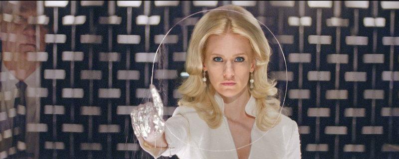 Mutantin Emma Frost (January Jones) verfügt nicht nur über außergewöhnliche telepathische Fähigkeiten, sie kann auch ihre Haut und ihr Haar diamanthart machen, sodass sie nahezu unzerstörbar ist ... – Bild: Puls 4