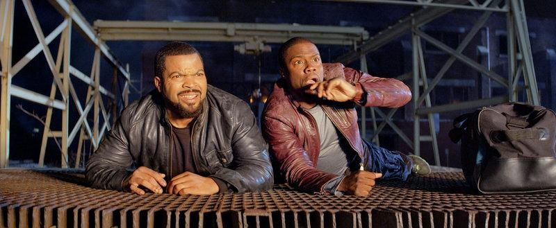 Ausgerechnet als James Payton (Ice Cube, l.) seinen vermeintlichen Schwager Ben Barber (Kevin Hart, r.) mit auf Streife nimmt, kommt es zu einem Showdown mit dem berüchtigten Gangsterboss Omar ... – Bild: Puls 4