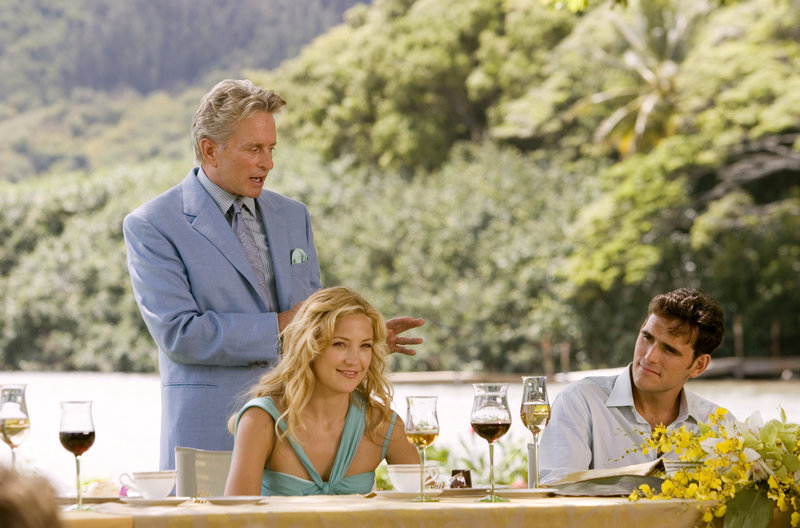 Mollys (Kate Hudson, vorne l.) Vater Mr. Thompson (Michael Douglas, l.) kann Carl (Matt Dillon, r.) nicht unbedingt gut leiden ... – Bild: Puls 4