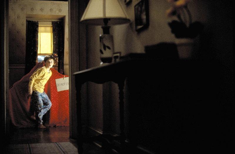 Immer häufiger wird Cole (Haley Joel Osment) von den Geistern der Toten gequält. In seiner Not offenbart er sich endlich einem Psychologen an. Doch dieser will seiner haarsträubenden Geschichte keinen Glauben schenken ... – Bild: Puls 4