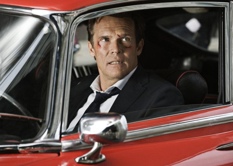 Jahrelang galt Jerry Cotton (Christian Tramitz) als der beste New Yorker FBI-Agent, aber die Zeiten ändern sich, als ein Auftrag gründlich schief geht. Jetzt muss er alles tun, um seinen Ruf zu retten ... – Bild: Puls 4