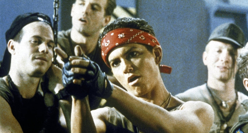 Die hartgesottenen Elite-Soldaten Hudson (Bill Paxton, l.), Corporal Hicks (Michael Biehn, M.), Vasquez (Jenette Goldstein, 2.v.r.) und Drake (Mark Rolston, r.) haben die Gefahr unterschätzt ... – Bild: Puls 4