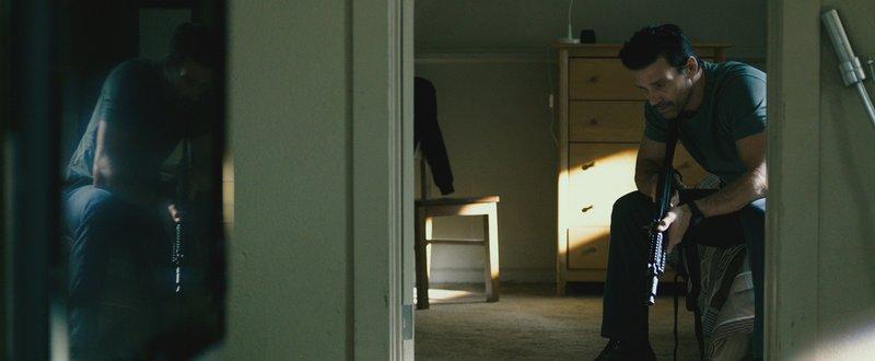 Sergeant Leo Barnes (Frank Grillo) bereitet sich auf die Säuberung vor, denn in diesem Jahr will er sich nicht verstecken, sondern den Tod seines Sohnes rächen. Doch was ihn auf den Straßen in der Purge Nacht erwartet, damit hätte er nicht gerechnet… – Bild: Puls 4