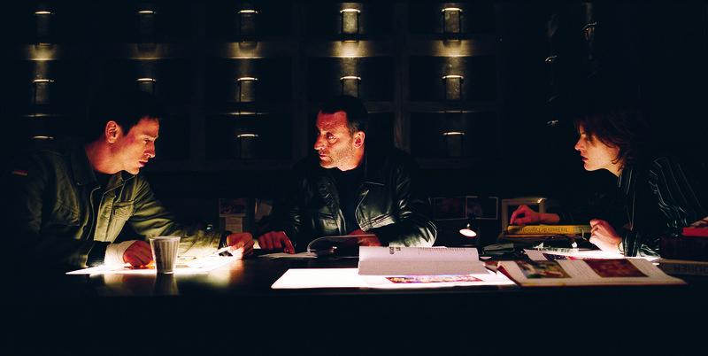Machen sich auf, ein sakrales Geheimnis aus dem Klosterkeller zu lüften: (v.l.n.r.) Reda (Benoit Magimel), Kommissar Niemans (Jean Reno) und Marie (Camille Natta)… – Bild: Puls 4