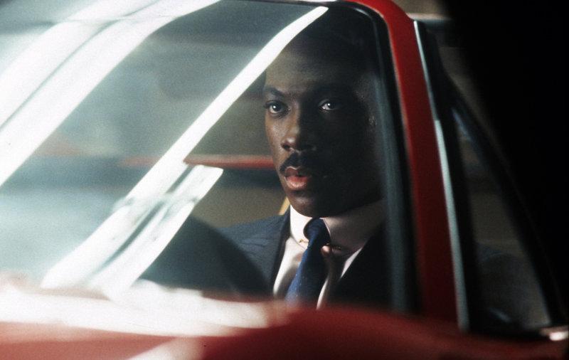 Der ungewöhnliche Cop Axel (Eddie Murphy) Foley ist in Detroit undercover tätig, als ihn ein Hilferuf aus Kalifornien erreicht ... – Bild: Puls 4