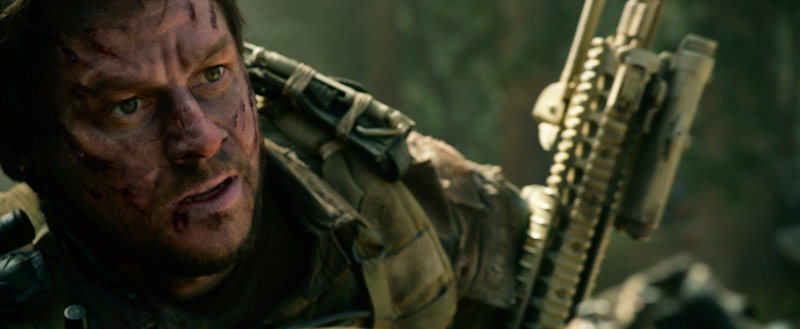 Begeht als Dienstältester einen fatalen Fehler: Marcus Luttrell (Mark Wahlberg), der ihn und seine Kameraden das Leben kosten kann ... – Bild: Puls 4