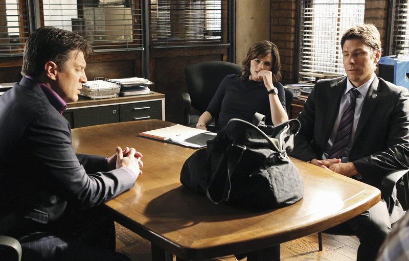 Ein Raubmord veranlasst Beckett (Stana Katic, M.) dazu, Raubspezialist Demming (Michael Trucco, r.) in die Ermittlungen einzubeziehen. Sehr zum Ärger von Castle (Nathan Fillion, l.) ... – Bild: © ABC Studios