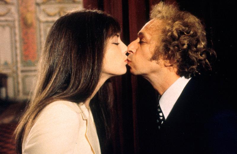 Noch ahnt Pierre Durois (Pierre Richard, r.) nicht, welche Folgen dieses Küsschen haben wird. Doch plötzlich halten ihn alle für den neuen Lover der Schauspielerin Jackie Logan (Jane Birkin, l.) ... – Bild: Puls 4