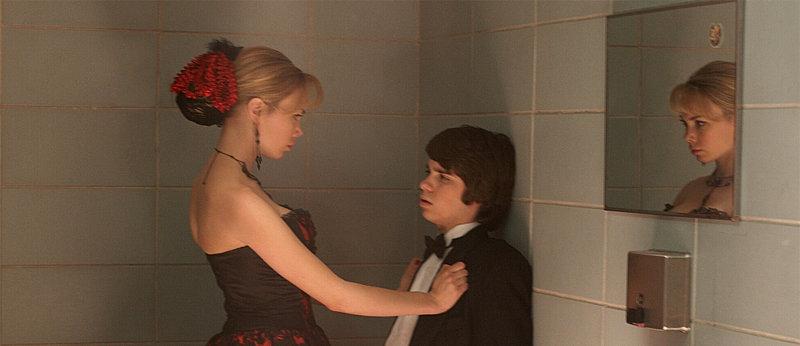 Als seine Lügen plötzlich zur Realität werden, muss Sam (Ryan Pinkston, r.) sich mit neuen Problemen in Form von Vicki Sanders (Amanda Walsh, l.) herumschlagen ... – Bild: Puls 4