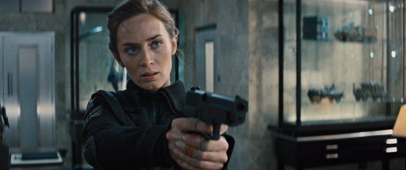 Sie gilt als Kriegsheldin im Kampf gegen eine feindliche Alienrasse, doch bisher gelingt es ihr nicht, den hochintelligenten Wesen endgültig den Garaus zu machen: Sergeant Rita Vrataski (Emily Blunt) ... – Bild: Puls 4