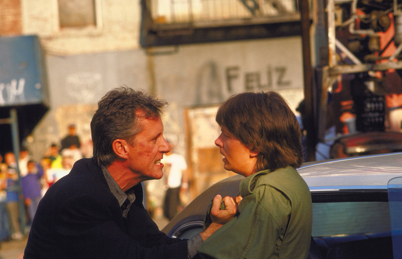 Der Cop John Moss (James Woods, l.) ist von dem Schauspieler Nick Lang (Michael J. Fox, r.) völlig genervt ... – Bild: Puls 4